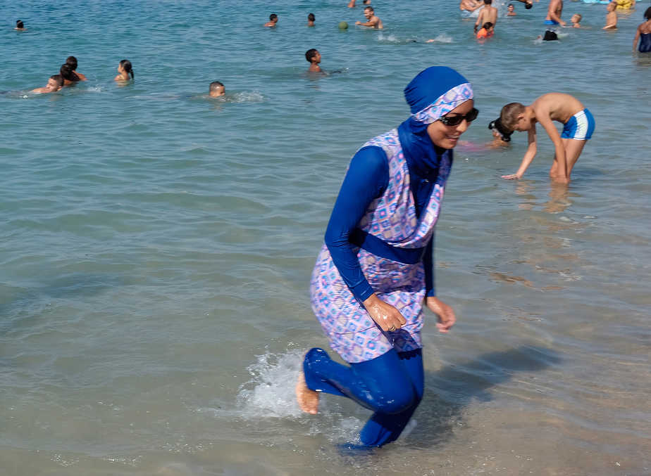 Una mujer que viste un burkini.