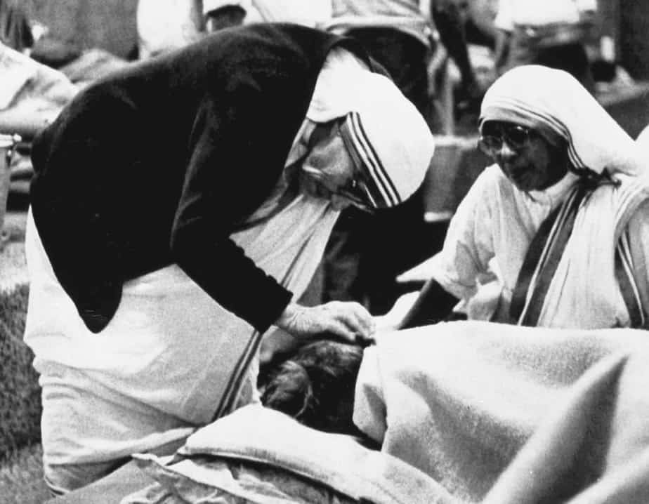 Mother Teresa attends to a patient in her home for the dying in Calcutta's teeming slum on February 2, 1986 hours before the arrival of Pope John Paul for a meeting between them which will be a highlight of the papal visit.  REUTERS/S. Akatsuka - RTR1PKDU