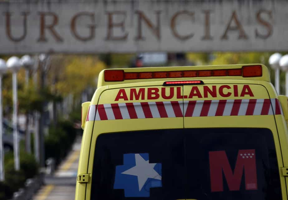 An ambulance enters the emergency area at Alcorcon's hospital, outside Madrid, October 9, 2014. The health of a Spanish nurse with Ebola worsened on Thursday and four other people were put into isolation in Madrid, while the country's government rejected claims its methods for dealing with the disease weren't working and blamed human error.  REUTERS/Sergio Perez (SPAIN - Tags: HEALTH DISASTER) - RTR49JKT
