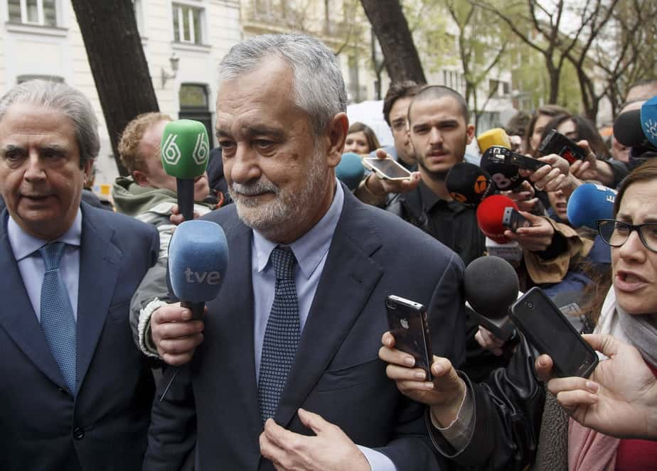 Former Andalusian regional President Jose Antonio Grinan is surrounded by reporters outside the Supreme Court in Madrid, April 9, 2015. Grinan was questioned on charges in one of the largest corruption cases disclosed in Spain in recent years involving alleged fraud in the allocation of public funds for labour regulation plans.  REUTERS/Juan Medina - RTR4WOOV