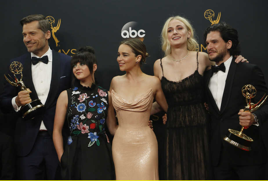 "Nikolaj Coster-Waldau (L), Maisie Williams, Emilia Clarke, Sophie Turner and Kit Harrington of HBO's ""Game of Thrones"" pose backstage with their award for Oustanding Drama Series at the 68th Primetime Emmy Awards in Los Angeles, California U.S., September 18, 2016.   REUTERS/Mario Anzuoni - RTSOCLP"