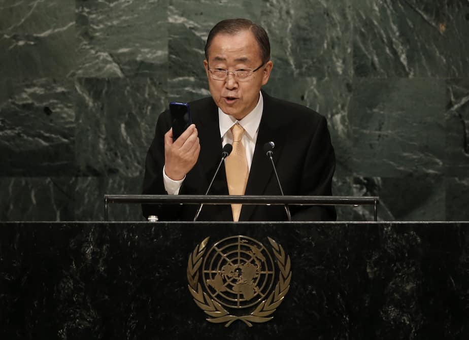 United Nations Secretary General Ban Ki-moon holds up a smart phone as he addresses the General Debate of the 71st Session of the United Nations General Assembly in the Manhattan borough of New York, U.S., September 20, 2016.  REUTERS/Mike Segar - RTSOL5H