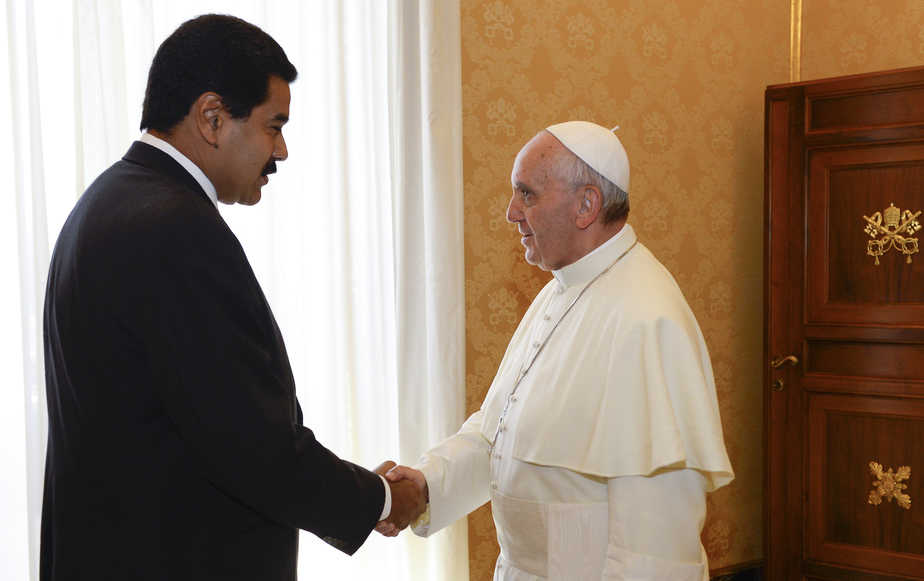 Pope Francis shakes hands with Venezuela's President Nicolas Maduro during a meeting at the Vatican June 17, 2013.   REUTERS/Andreas Solaro/Pool      (VATICAN - Tags: RELIGION POLITICS) - RTX10QPY