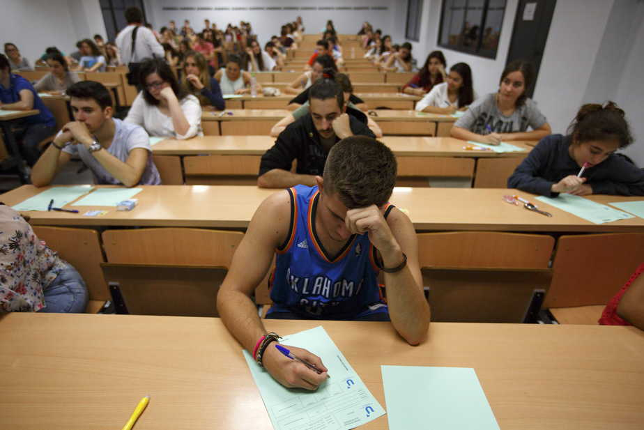 Students take a university entrance examination at a lecture hall in the Andalusian capital of Seville, southern Spain, June 16, 2015. Students in Spain must pass the exam after completing secondary school in order to gain access to university.  REUTERS/Marcelo del Pozo - RTX1GPHX