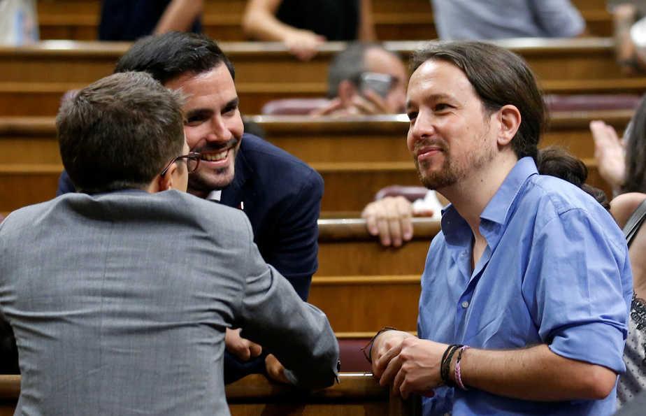 Podemos (We Can) party leader Pablo Iglesias (R), party member Inigo Errejon, and Izquierda Unida (United Left) leader Alberto Garzon (C) talk before an investiture debate at parliament in Madrid, Spain August 31, 2016. REUTERS/Andrea Comas - RTX2NPA1