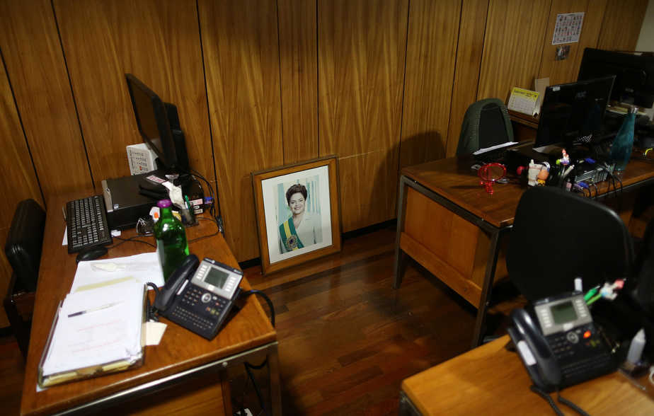 An official photograph of former president Dilma Rousseff is seen in an office inside the Presidential Palace after the final session of voting on Rousseff's impeachment trial in Brasilia, Brazil, August 31, 2016. REUTERS/Adriano Machado     TPX IMAGES OF THE DAY      - RTX2NQXP