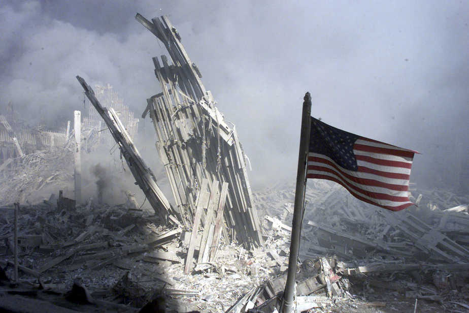 Bandera de EEUU entre los escombros del World Trade Center el 11S. Foto Reuters