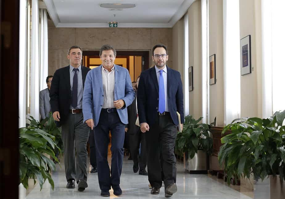 El presidente de la gestora del PSOE, Javier Fernández, junto al portavoz socialista en el Congreso, Antonio Hernando.  FOTO: Reuters