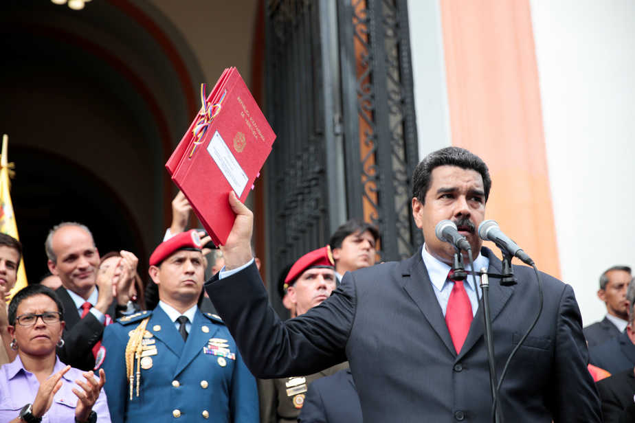 Venezuela's President Nicolas Maduro (R) attends a ceremony to sign off the 2017 national budget at the National Pantheon in Caracas, Venezuela October 14, 2016. Miraflores Palace/Handout via REUTERS ATTENTION EDITORS - THIS PICTURE WAS PROVIDED BY A THIRD PARTY. EDITORIAL USE ONLY. - RTSSBOP