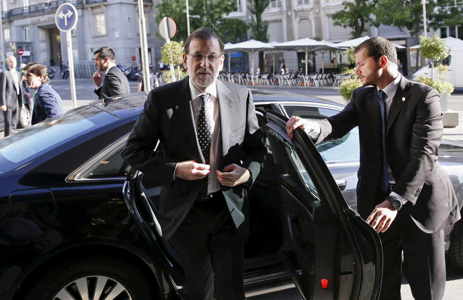 Spanish Prime Minister Mariano Rajoy steps out of his car as he arrives to an event in Madrid, Spain, July 23, 2015. Spain's jobless rate dropped to its lowest level in over three years in the second quarter, offering a boost to Rajoy as he seeks to persuade voters that an economic recovery is taking root. At 22.4 percent, the unemployment rate is still higher than anywhere else in Europe bar crisis-hit Greece and has not dipped below a fifth of the workforce in five years, even after Spain exited recession in mid-2013. REUTERS/Juan Medina   - RTX1LGIA