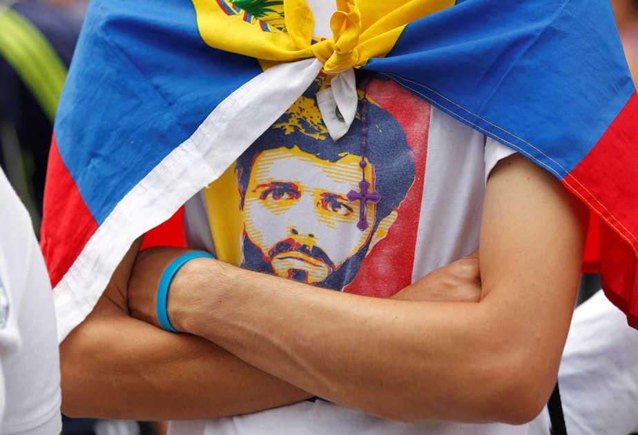 Un simpatizante de la oposición portando una camiseta a favor de Leopoldo López. FOTO: Reuters