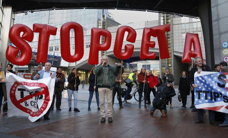 Demonstrators protest against CETA outside the EU summit in Brussels, Belgium, October 20, 2016.   REUTERS/Francois Lenoir - RTX2PQIC