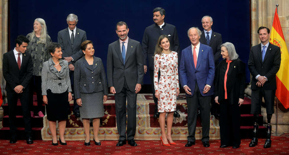 King Felipe VI (4L) and Queen Letizia (4R) of Spain pose with Princess of Asturias Awards laureates: (top L-R) Mary Beard, James Nachtwey, Siddhartha Kaul, and Pedro Puig (bottom row L-R) Javier Gomez Noya, Christiana Figueres, Patricia Espinoza, Richard Ford, Nuria Espert and Hugh Herr, during a reception in Oviedo, Spain, October 21, 2016. REUTERS/Vincent West - RTX2PUPN