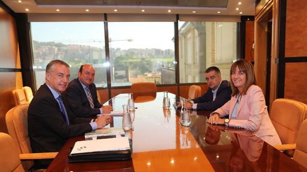 Foto del acuerdo entre el PNV y el PSE.  FOTO: PNV-PSE