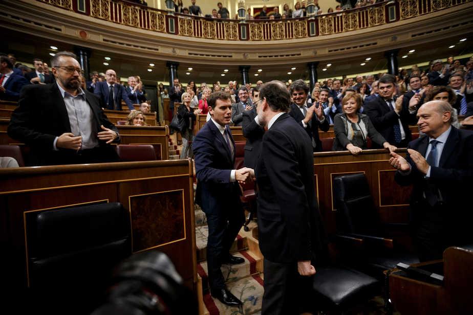 El líder de Ciudadanos, Albert Rivera, saludando a Mariano Rajoy, FOTO: Reuters