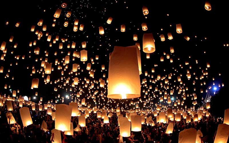La liberación de linternas flotantes en Tailandia