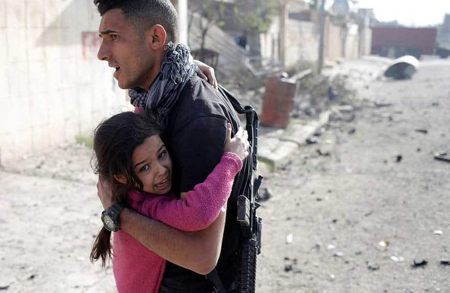 Un soldado iraquí rescata a una niña herida tras estallar coche bomba en Mosul