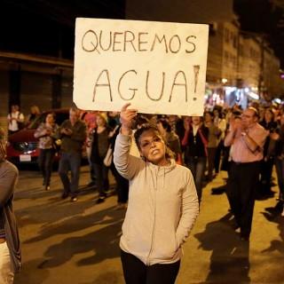 Manifestantes protestan exigiendo servicio de agua en Bolivia