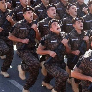 """""""Panteras negras libanesas"""" participan en un desfile militar"""