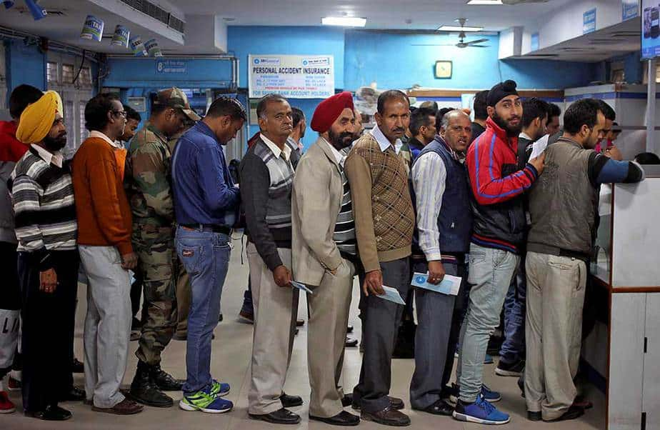Cola para depositar billetes de alta denominación retirados por el Gobierno