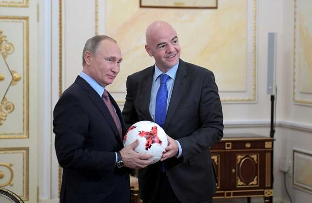 Putin recibe el balón de la Copa Confederaciones