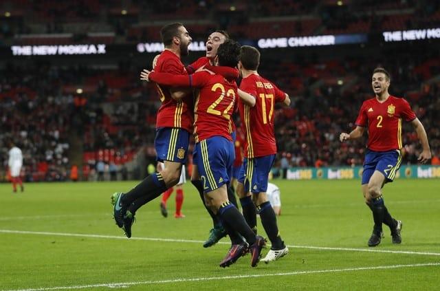 Isco anotó el martes en el minuto 95 para que la selección española de fútbol culminara la remontada de dos goles y empatara 2-2 en un amistoso ante Inglaterra disputado en Wembley.  En la imagen, Isco celebra con sus compañeros el agónico gol con el que España igualó 2-2 en un amistoso ante Inglaterra en Wembley, el 15/11/16. Reuters / Carl Recine