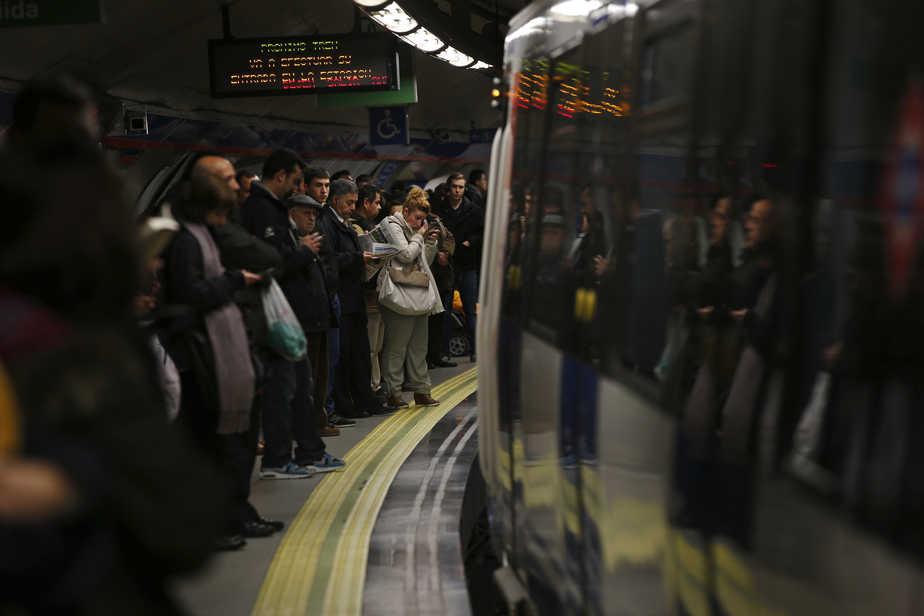 Trabajadores españoles en el Metro de Madrid.  FOTO: Reuters