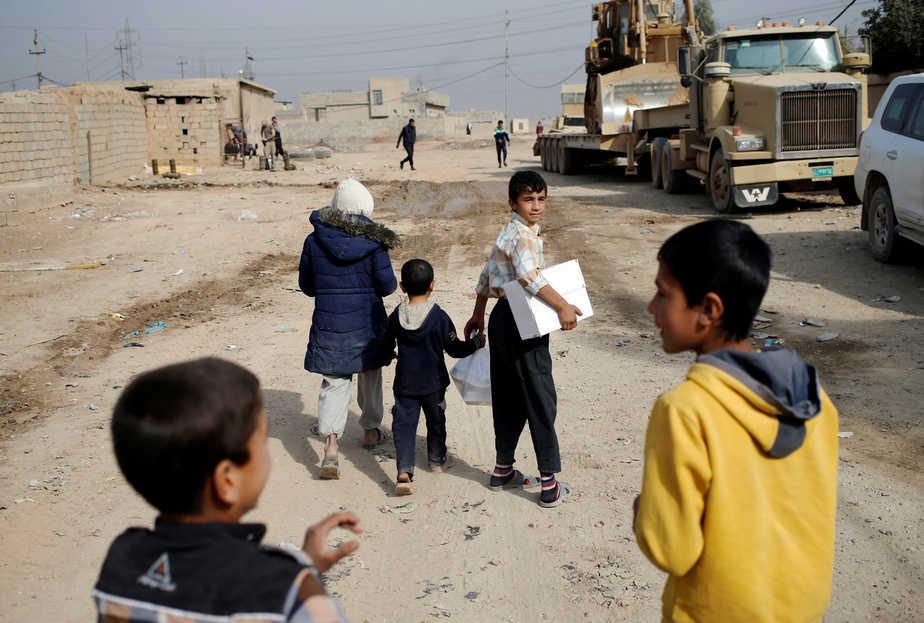 Niños en las calles de Mosul, en Irak. FOTO: Reuters