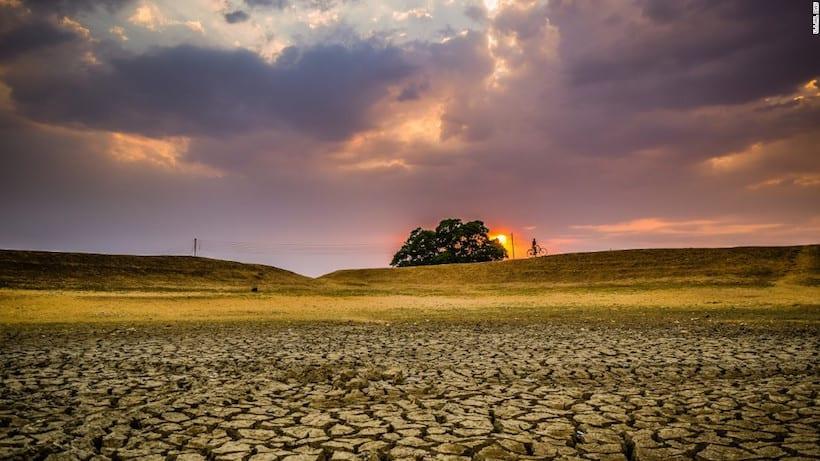 """""""Agrietada. Esta foto fue tomada en Bengala Occidental, en el distrito de Puruliya. Un área seca que en verano provoca problemas de agua"""". (© Ujjal Das)"""