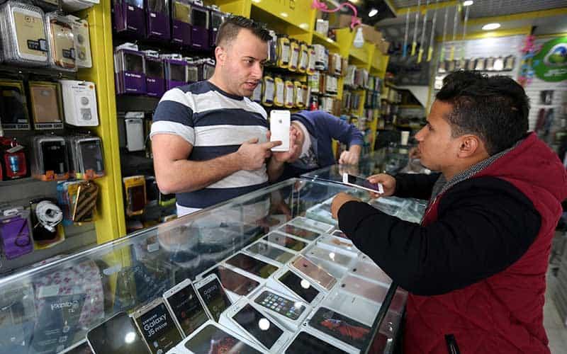 vendedor de móviles ofrece el producto en la Franja de Gaza