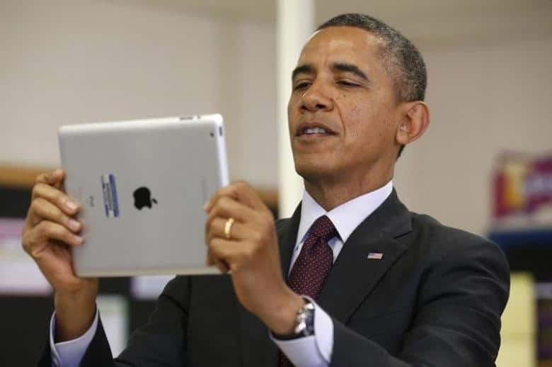 President Obama holds up an iPad during a visit to Buck Lodge Middle School in Adelphi, Maryland, February 4, 2014.   REUTERS/Kevin Lamarque