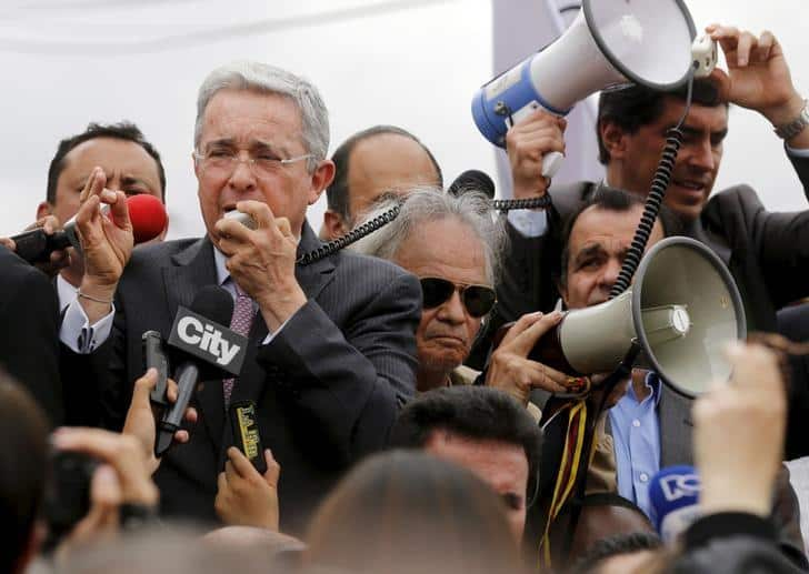 Former Colombian President Alvaro Uribe (L) delivers a speech to demonstrators in front of the Venezuelan consulate in Bogota, Colombia, August 26, 2015.  REUTERS/John Vizcaino