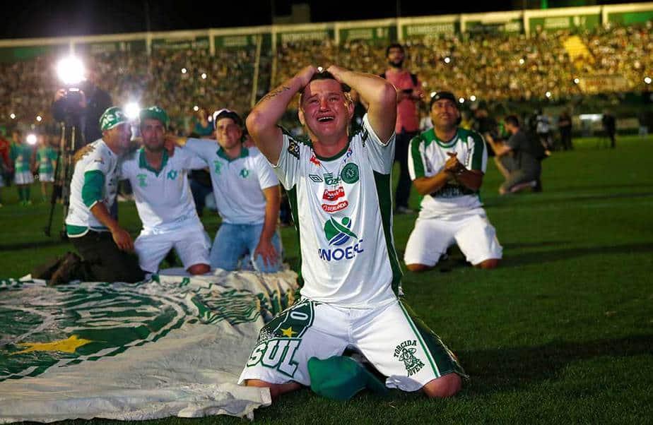 Los aficionados del equipo de fútbol Chapecoense rinden homenaje