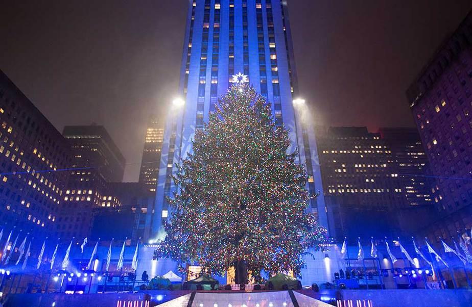 El árbol de Navidad se enciende en el Rockefeller Center