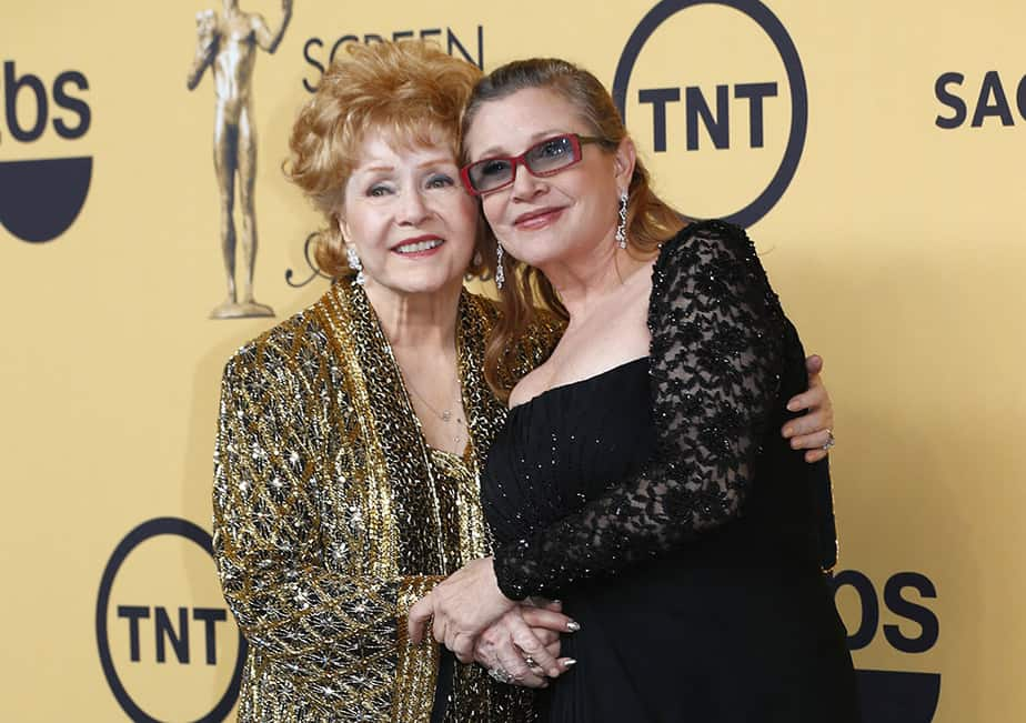 Actress Debbie Reynolds poses with her daughter actress Carrie Fisher backstage after accepting her Lifetime Achievement award at the 21st annual Screen Actors Guild Awards in Los Angeles, California January 25, 2015.  REUTERS/Mike Blake (UNITED STATES - Tags: ENTERTAINMENT) (SAGAWARDS-BACKSTAGE)  - RTR4MVP5