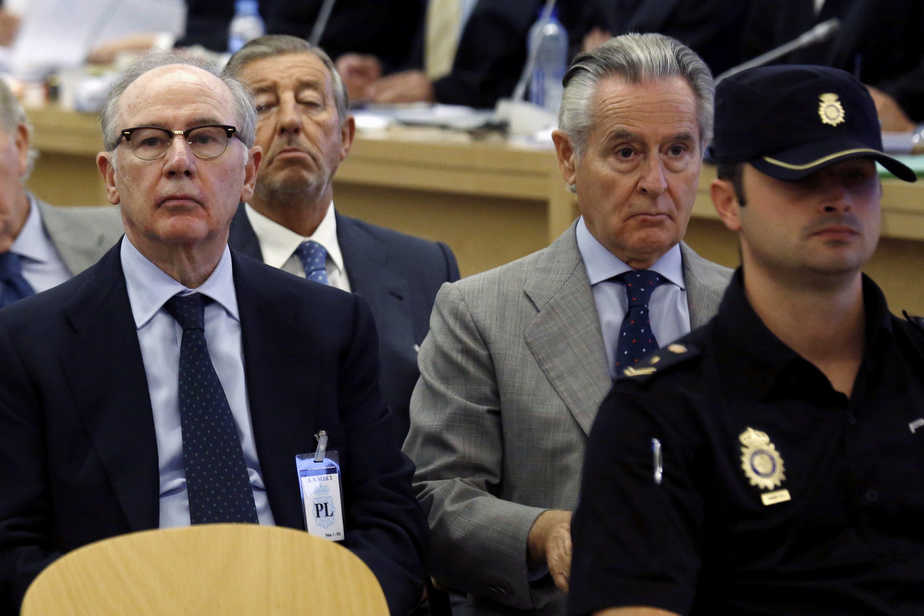 """Former International Monetary Fund chief Rodrigo Rato (L) sits in court next to former Caja Madrid chairman Miguel Blesa at the start of a trial in which some 66 executives and former board members of Bankia and its founding savings bank Caja Madrid are accused  of illegally spending 12 million euros ($13.48 million) for personal use on so-called """"black cards"""" between 2003 and 2012, in Madrid, Spain, September 26, 2016  REUTERS/Chema Moya/Pool - RTSPHF4"""