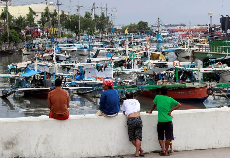 Residents look Filipinas, a la espera de la llegada del tifón Nock Ten. FOTO: Reuters