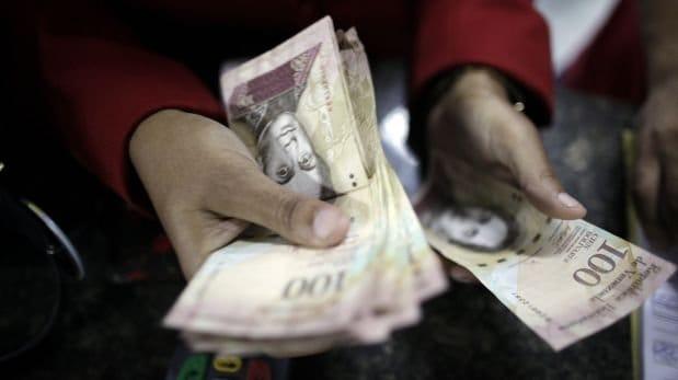 Cien bolívares venezolanos -el billete de mayor valor- tienen un valor promedio de 0,2 dólares, unos 0,19 euros. (Reuters)