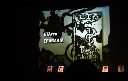 El presunto miembro de ETA José Manuel Azkarate Ramos, un veterano de la banda armada y que estaba huido de la Justicia, ha sido detenido en la localidad francesa de Marsella, informó el Ministerio del Interior. Imagen de archivo en la que se ven prisioneros de ETA y el logo de la banda armada durante una reunión de la asociación EPPK en Guernica el 2 de junio de 2012. REUTERS/Vincent West