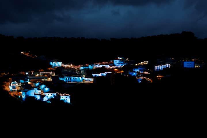 Las luces azules de Navidad se encienden para marcar el inicio de la temporada de Navidad en el primer pueblo fitufo del mundo: Júszcar en Málaga. Foto: Reuters