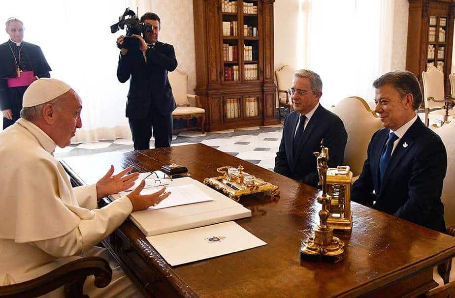 EL presidente de Colombia, Juan Manuel Santos y el ex mandatario, Álvaro Uribe en una reunión con el Papa Francisco. Reuters