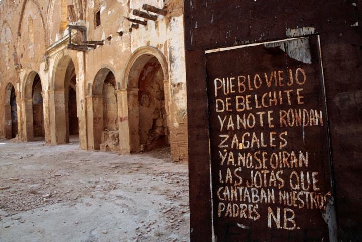 """Una pintada se ve en la puerta de entrada de la iglesia de San Martín de Tours, en el antiguo pueblo de Belchite, en el norte de España. El graffiti se lee: """"pueblo viejo de Belchite, los hombres jóvenes no pasear por ti nunca más las jotas (canciones típicas y baile de la zona) que nuestros padres solían cantar, no se oirá más."""". REUTERS"""