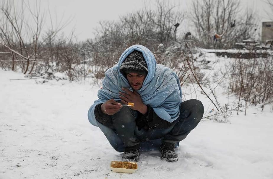 inmigrante bajo el frío en Serbia
