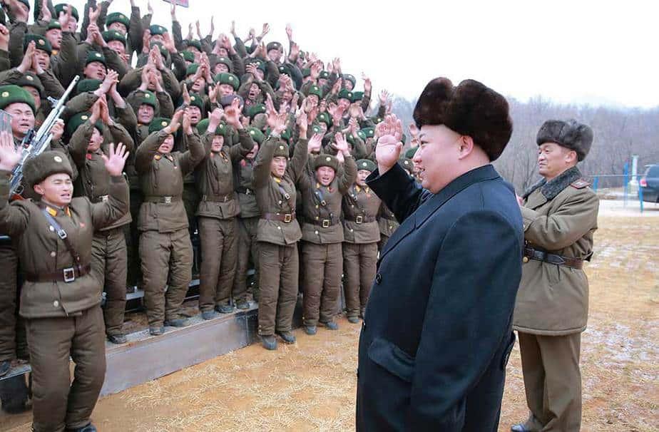 El líder de Corea del Norte Kim Jong Un inspecciona una subunidad militar en Pyongyang . Reuters