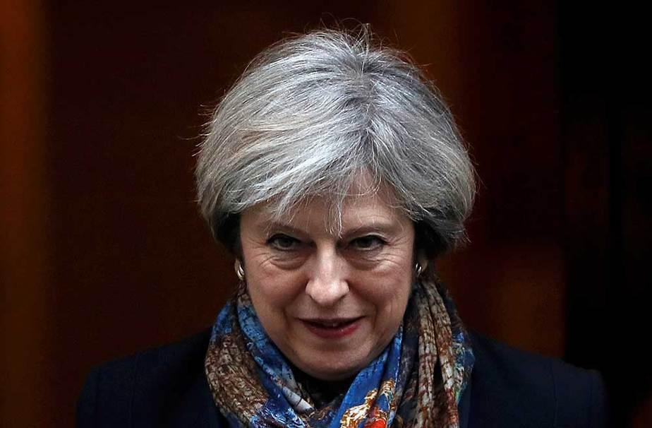 La primer ministro de Gran Bretaña, Theresa May, a su salida de Downing Street en Londres, Gran Bretaña. El Tribunal Supremo británico obliga a votar el Brexit en el Parlamento. REUTERS