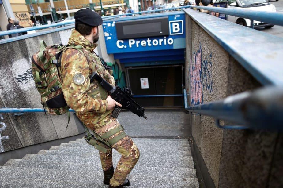 Un soldado en el metro de Roma, desalojado por los terremotos. FOTO: Reuters