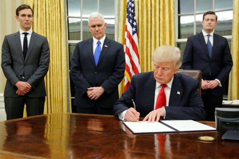 El presidente de EEUU Donald Trump, firmando su primer decreto. FOTO: Reuters