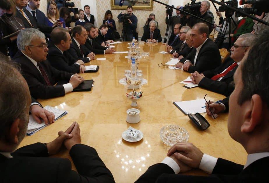Reunión entre el ministro de Exteriores ruso Serguèi Lavrov y grupos de la oposición siria. FOTO: Reuters