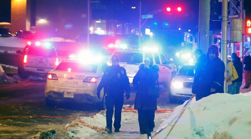 Policías al rededor de la mezquita de Quebec, en Canadá. FOTO: Reuters