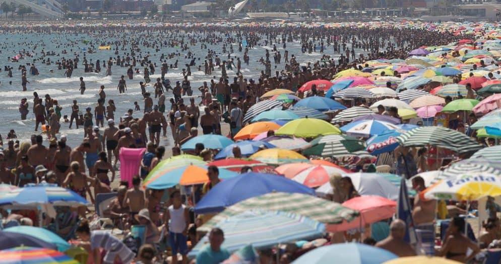 Turistas en una playa de Valencia. FOTO: Reuters